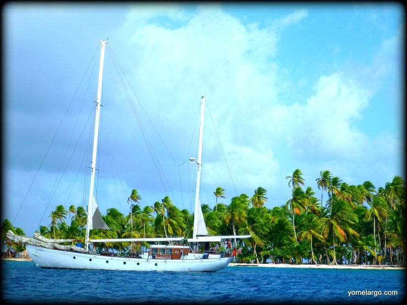 El Gitana III, fondeado en isla Limón. Precioso no?