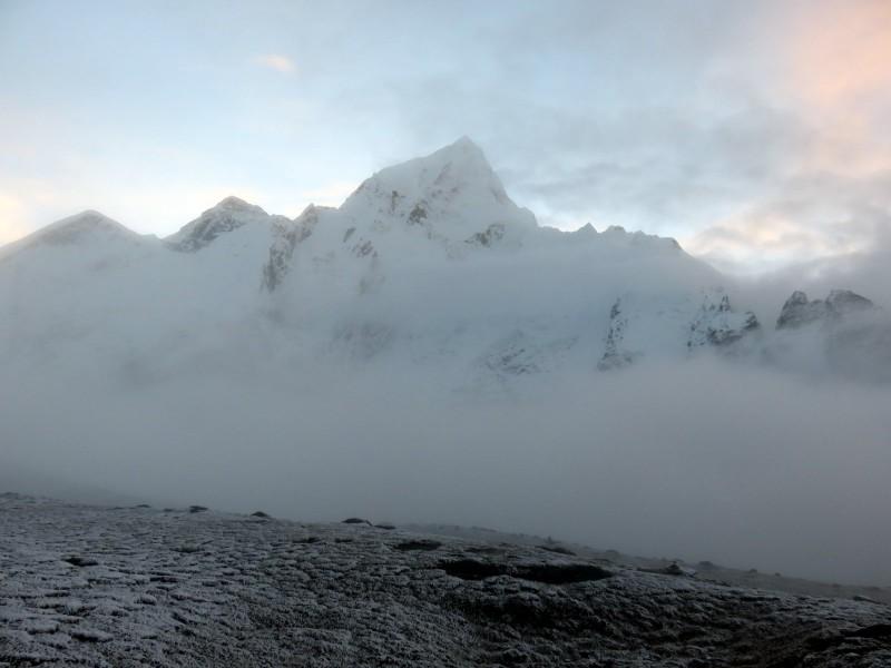 La vista efímera del Everest y Nuptse al subir